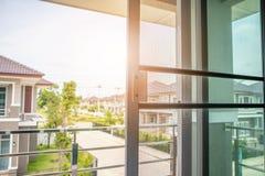 Écran de fil de moustiquaire sur la protection de fenêtre de maison images libres de droits