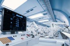 Écran de panneau de commande avec les bras robotiques Image libre de droits