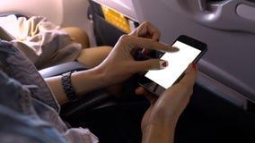 Écran de téléphone portable de contact et de bourdonnement sur l'avion ou les avions, bl photos libres de droits