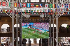 Écran de télévision d'affichage à cristaux liquides avec la diffusion en direct d'un match de football Photographie stock libre de droits