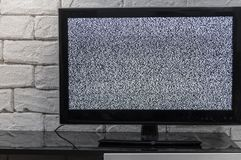 Écran de TV avec l'effet de glitcher de bruit Aucun signal ou aucun concept de communication avec l'innterior rustique ou de gren Photo libre de droits