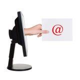 Écran et main d'ordinateur avec la lettre Photos stock