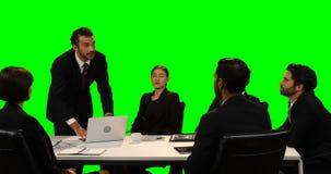Écran invisible émouvant d'homme d'affaires tout en à l'aide de l'ordinateur portable