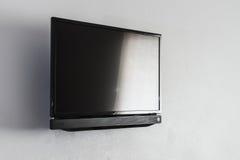 Écran noir d'affichage à cristaux liquides ou de LED TV accrochant sur le mur Photo stock