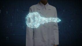 Écran numérique émouvant de docteur féminin, forme de clé, ligne légère de carte, sécurité, solution de découverte, technique de