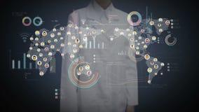 Écran numérique émouvant de docteur féminin, personnes reliées, utilisant la technologie des communications avec le diagramme éco
