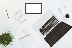 Écran numérique blanc vide de comprimé avec les accessoires et l'ordinateur portable dessus Photographie stock