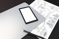 Écran numérique vide de comprimé sur l'ordinateur portable, papier avec le schem d'affaires Photos stock