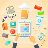 Écran tactile de main d'homme d'affaires d'application de Tablette Photos stock