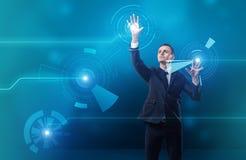 Écran tactile numérique émouvant d'homme d'affaires avec les deux mains photos libres de droits