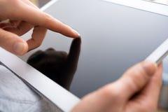 Écran vide émouvant de femelle d'une Tablette d'affaires avec sa main photos stock