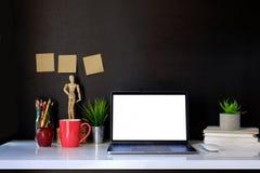 Écran vide créatif d'espace de travail et d'ordinateur Photographie stock