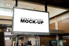 Écran vide d'espace publicitaire raccrochant de la fin de plafond Photo stock