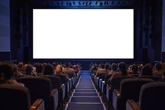 Écran vide de cinéma avec l'assistance. Image stock