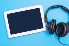 Écran vide de comprimé avec le concept de divertissement de musique d'écouteur de musique photographie stock