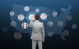 Écran virtuel émouvant d'homme d'affaires avec des contacts image stock