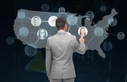 Écran virtuel émouvant d'homme d'affaires avec des contacts image libre de droits