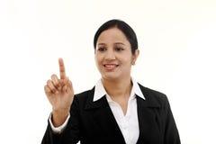 Écran virtuel émouvant de jeune femme d'affaires images stock