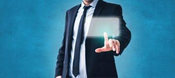 Écran virtuel de contact d'homme - technologie dans les affaires images stock