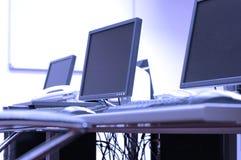 Écrans bleus dans la chambre de bureau Photographie stock