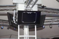 Écrans de télévision placés sur le plafond d'une boîte de nuit image stock