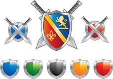Écrans protecteurs et épées en bleu et rouge Photos libres de droits