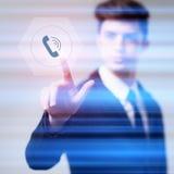 Écrans virtuels de bouton de pressing d'homme d'affaires photos stock