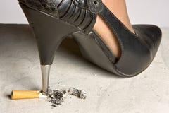 Écrasement d'une cigarette Images stock