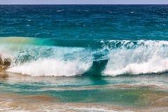 Écrasement de la vague avec l'espace de copie photos libres de droits