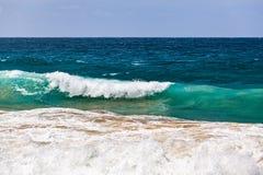 Écrasement de la vague et du ciel bleu photos libres de droits
