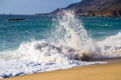Écrasement de la vague sur la plage à la plage d'état de Garrapata dans Big Sur, Cali Image libre de droits