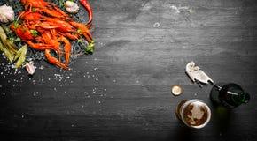 Écrevisses bouillies fraîches avec de la bière Photographie stock libre de droits