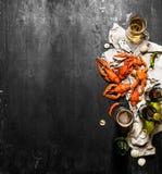Écrevisses bouillies fraîches avec de la bière sur le vieux tissu Photo libre de droits