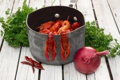 Écrevisses cuites à la vapeur fraîches à l'oignon et le persil et le poivron rouge Écrevisses bouillies woden le fond Type rustiq Images stock