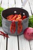 Écrevisses cuites à la vapeur tout préparées Écrevisses bouillies woden le fond Type rustique Images libres de droits