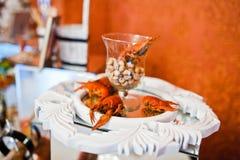 Écrevisses rouges fraîches à la table de réception de mariage de restauration Image stock