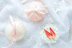 Écrimage blanc de sphère de chocolat avec la fraise Image stock