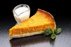 Écrimage chaud de gâteau à la carotte image stock