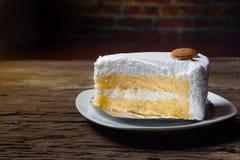 Écrimage de gâteau de vanille avec du chocolat et l'amande blancs Images stock