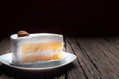 Écrimage de gâteau de vanille avec du chocolat et l'amande blancs Photographie stock libre de droits
