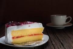 Écrimage de gâteau de vanille avec la framboise Photos libres de droits