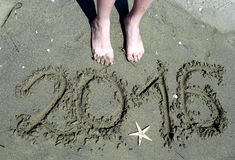 Écrit 2016 ans dans le sable et une étoile de mer Images libres de droits