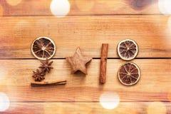 2018 écrit avec des épices avec l'orange et la cannelle sèches sur le fond en bois avec l'espace de copie, décor de nouvelle anné Images stock