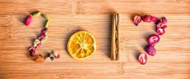 2017 écrit avec des épices sur le fond en bois, concept de nouvelle année de nourriture Photos stock