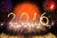 2016 écrit avec des feux d'artifice comme fond Image libre de droits