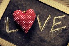 Écrit dans la craie sur un tableau noir : Amour Photographie stock