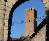 Écrit en italien Teatro OLIMPICO qui veut dire le Th OLYMPIQUE de THÉÂTRE Photo stock