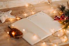 2018 écrit sur le carnet ouvert vue supérieure de Noël et de nouveau voix pour Photographie stock