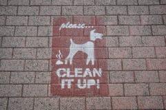Écrit sur le plancher, nettoyez-le photographie stock