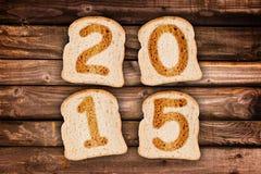 2015 écrit sur les tranches de pain grillées Images libres de droits